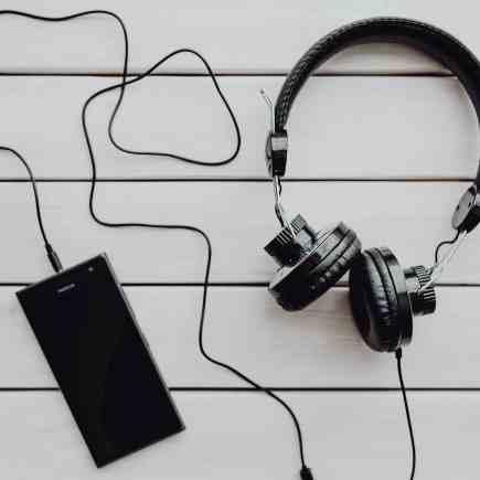 casque audio branché à un téléphone