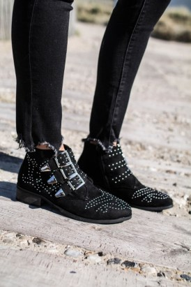 bottines-studs-cloutees-a-sangles-effet-daim-noir