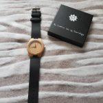 Houten horloge met leren bandje en laser gesneden persoonlijke gravering.
