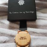 Houten horloge met leren bandje en een persoonlijke lasergesneden gravering.