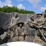 7国からの移民ブロンズ像