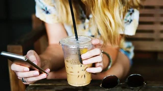 カフェでスマホ