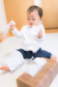 ティッシュで遊ぶ赤ちゃん