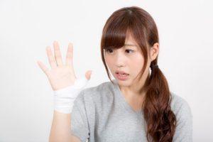 甲状腺全摘後のテタニーで指が痺れる女性