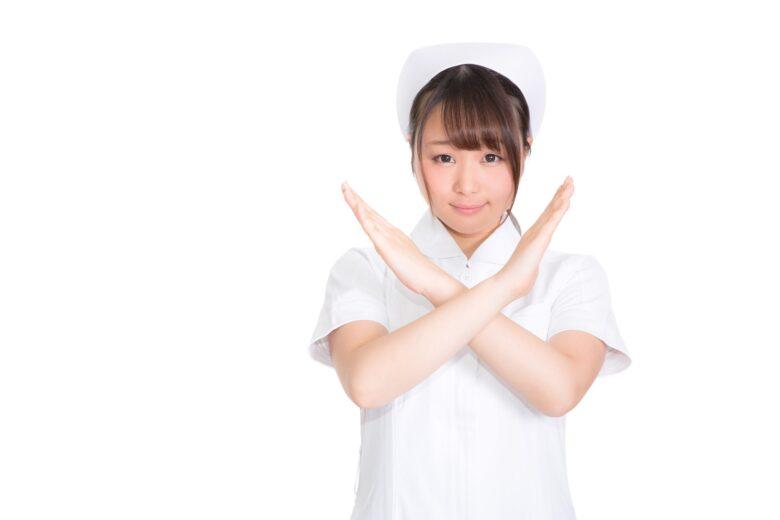 甲状腺機能低下症でマッサージはだめよと言っている看護師のイメージ