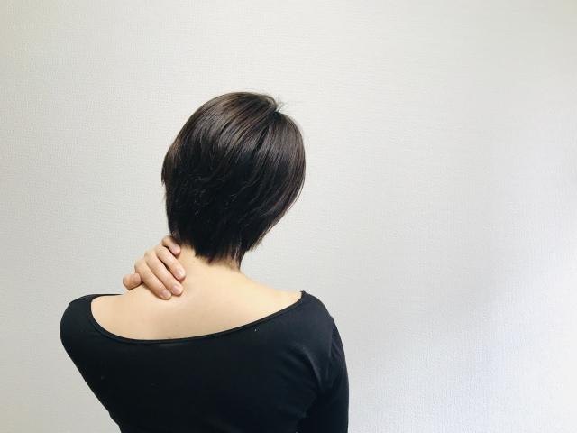 首の傷跡を隠す女性
