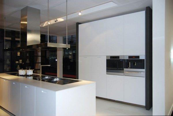 Бяла-кухня-в-минималистичен-стил-600