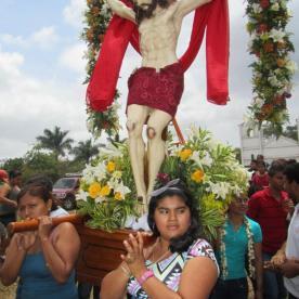 Frauen tragen Jesus, weil sie sich eher an ihn wenden als Männer, so meinen es zumindest die Leute hier