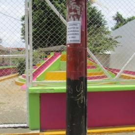"""Die zwei Farb-Konzepte der jetzigen FSLN Partei: vorne die Farben der Revolution (schwarz, rot), hinten die """"Alles ist eh super""""-Farben (pink, grün, gelb)"""