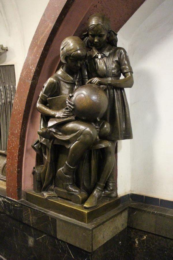 Statue von Schülerin und Schüler
