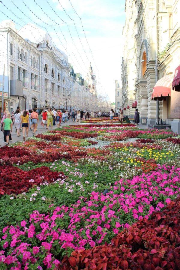 Blumen vor dem GUM Kaufhaus