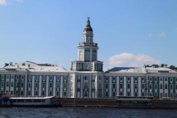 Schöne Gebäude an der Newa