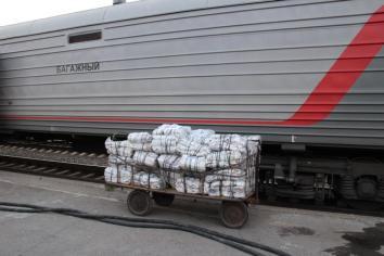 Der Zug dient auch zum Transport der Zeitungen