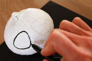 Tracez les contours, puis remplissez les zones blanches d'encre noire