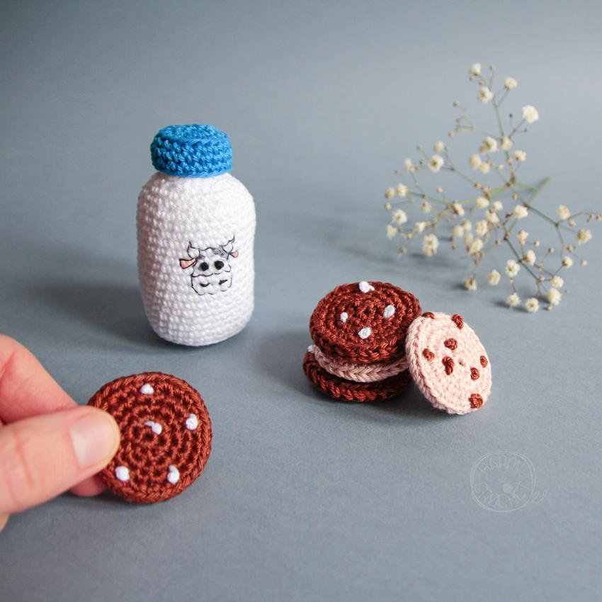 Cookies et bouteille de lait au crochet