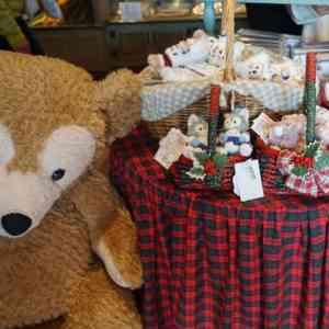 クリスマスカラーのテーブルとダッフィー