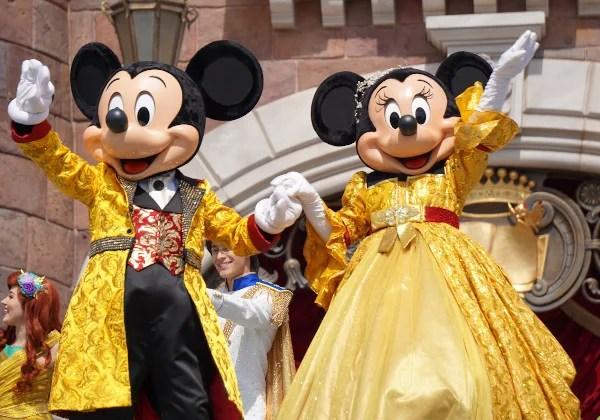 黄色のコスチュームを着たミッキーとミニー