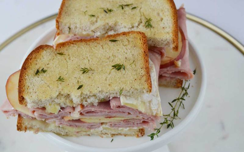 gluten free ham and brie sandwich with apple