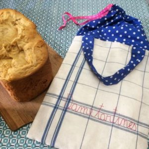 Un sac à pain brodé main à emmener chez le boulanger pour y déposer directement vos achats. Une fois à la maison, votre pain restera frais bien longtemps. Joli et pratique !