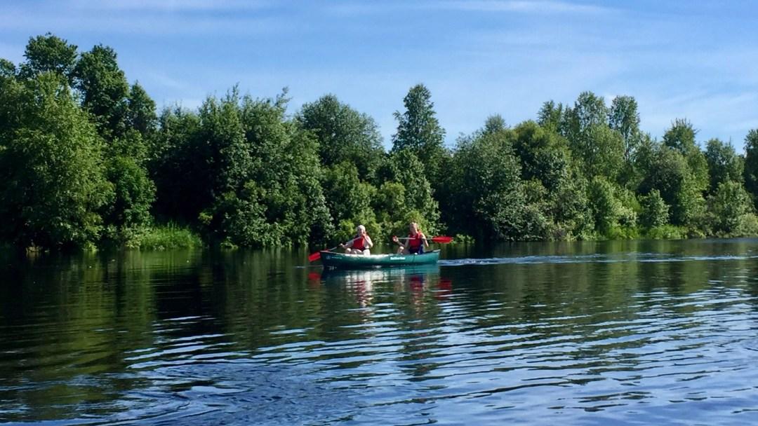 Happy-Fox-Canoe-Trip-to-the-Ounasjoki-River-talvikki-padling-p