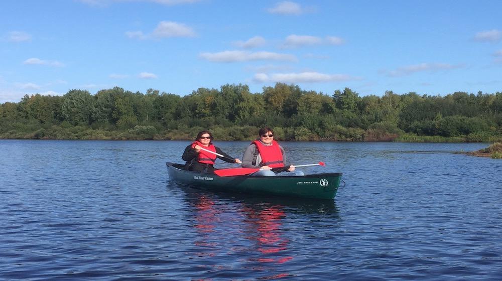 Happy-Fox-Fishing-Trip-to-the-Ounasjoki-Rive-canoing-mama-fox kopio