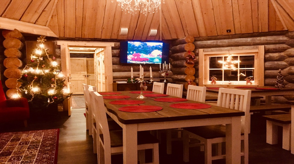 Happy-Fox-Magic-of-the-Forest-Winter-fox-cottage-dinner-room