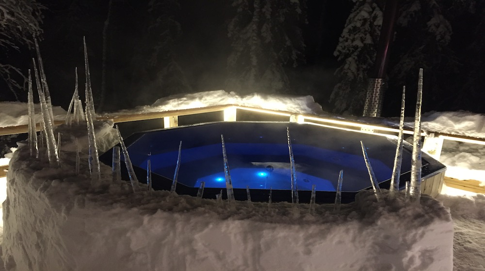 Happy-Fox-Northern-Lights-Hunt-in-hot-tube-and-a-log-sauna-hot-tube-ice