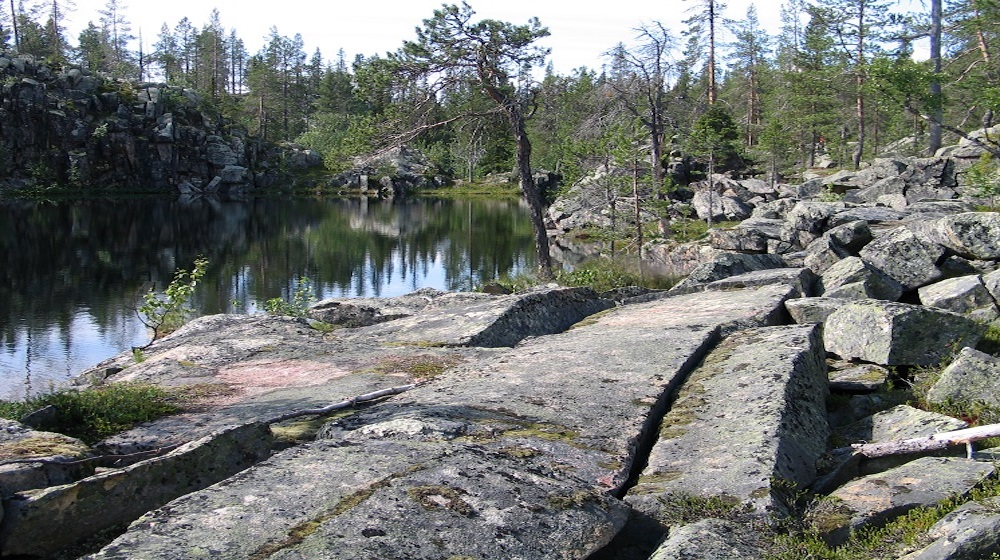 Happy-Fox-Fall-Colors-and-Landscapes-lake-near-rocks