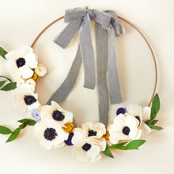 Felt flowers are simply beautiful. I will show you how to make felt flowers for a wreath. I will be including a felt flower pattern for the petals of an anemone flower. This wreath is so beautiful and instead of buying one on Etsy, make your own felt flower wreath. #crafts #feltflowers #diy #craftproject #craft