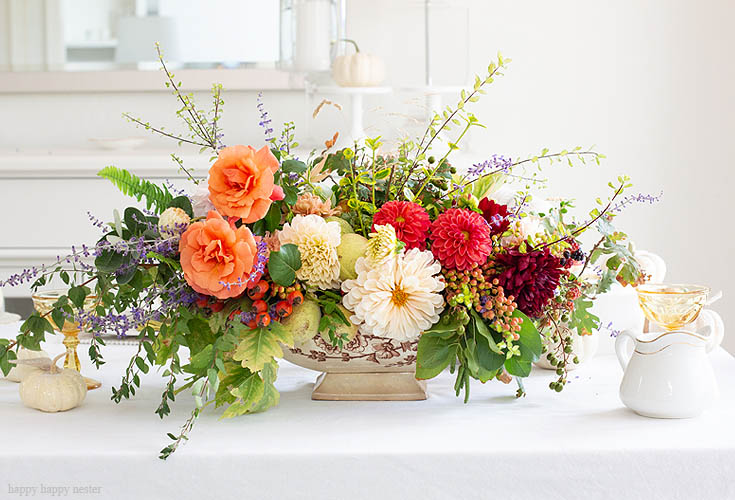This DIY Foraged Flower Arrangement is easy and inexpensive to make. With only a few flowers from my garden and a vintage tureen, I have the prettiest arrangement for under $10. Learn the tricks on creating a beautiful flower arrangement from your yard. Flowers | Flower Arrangements | Foraged Flower| Wedding Flowers
