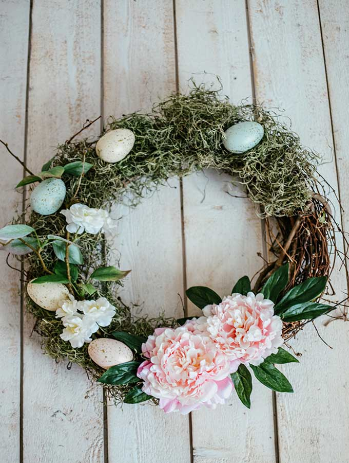 Easy Easter Egg Wreath. 9 Unique Easter Egg Ideas with so many different styles. Easy projects that are perfect for Easter. There are decoupaged eggs, gilded eggs, and painted eggs all so pretty and easy to create. 9 bloggers come together for this great post. #crafts #easter #eastereggs #decoratingeggs #easterdecorating #decoupageeggs