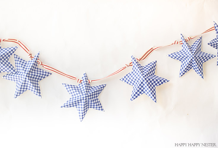 Easy to follow video tutorial shows how to make this pretty star garland. #paperproject #diy #garland #papercrafts #crafts #4thofJulyproject #homedecor