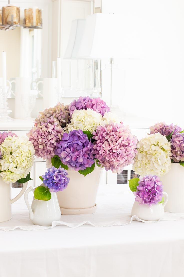Design an quick and easy summer centerpiece using flowers from your garden. These hydrangeas all came from my summer flower garden. This whole arrangement took me just a few minutes to create! #wedding #weddingflowers #hydrangeas