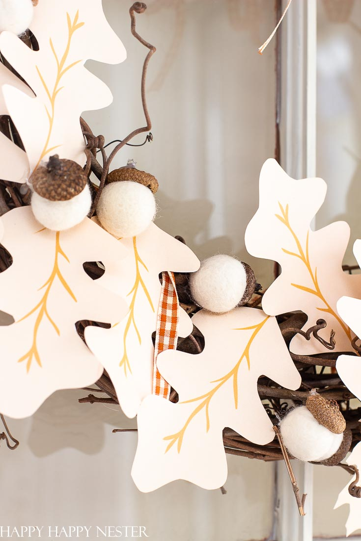 Create this Easy Paper Halloween Garland DIY which includes a free printable. This Halloween project is so easy that kids will enjoy this paper project. #crafts #papercrafts #halloweenproject #halloween #halloweendecor