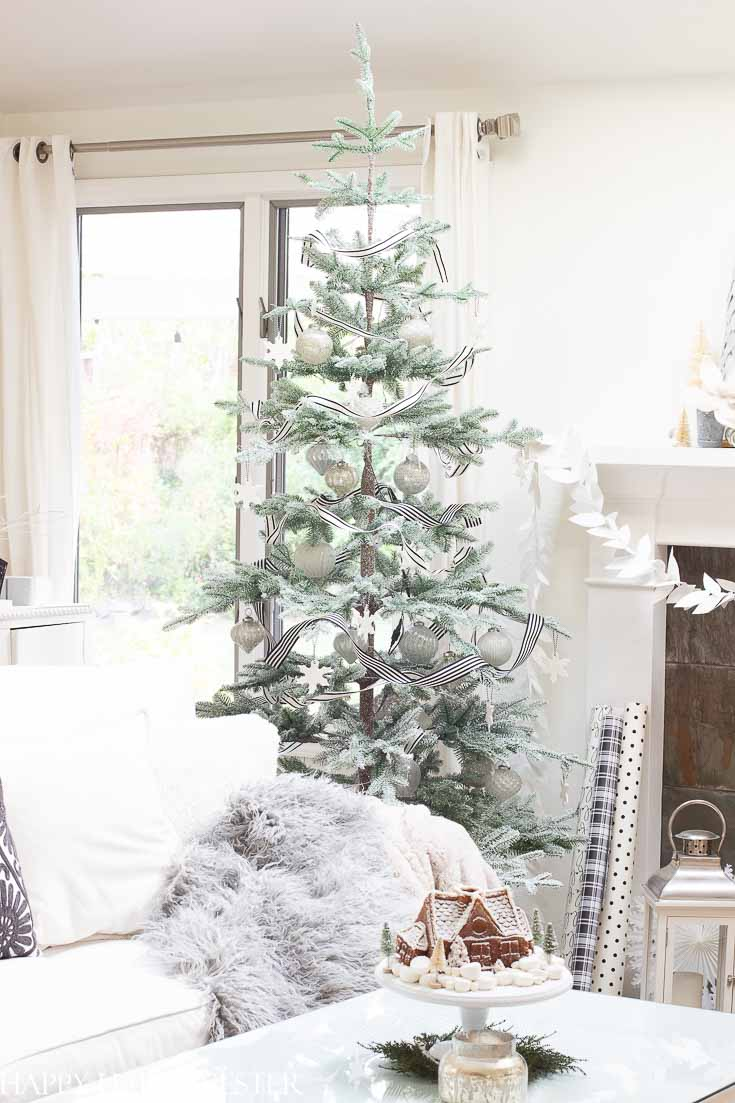 This Balsam Hill Tree is made so well. Make sure to read this post before you purchase your tree. It is a big investment and you'll want to be informed before you buy a tree. This post shows the tree lit and not lit and the difference in color. #balsamhilltree #christmastreereview #treereview #fauxchristmastree