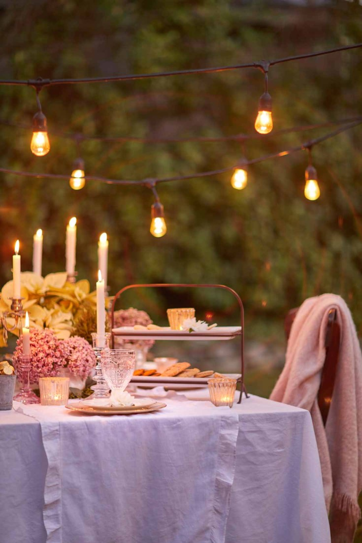If you live in California, an outdoor Christmas dining is not out of the question. This gorgeous table is perfect for a holiday home night tour. See all the great Christmas decor on this blog hop of Christmas homes! #christmas #christmasdecor #holidays