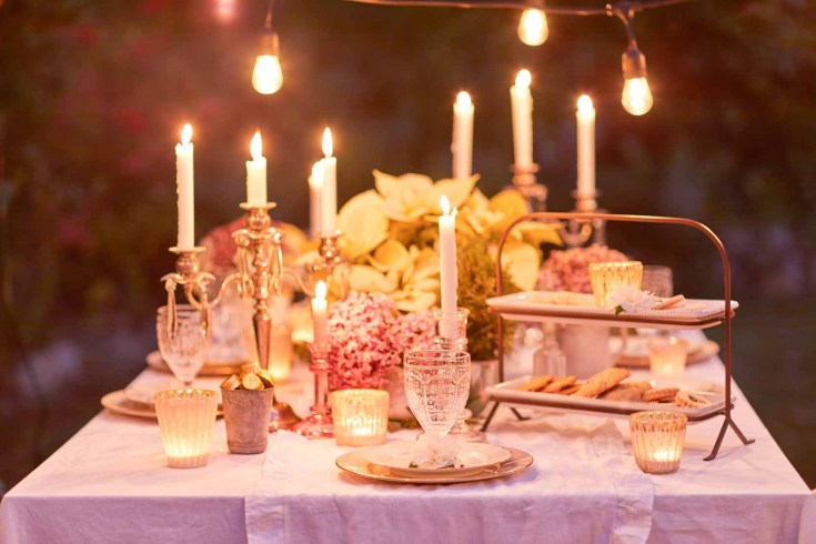 A San Francisco Christmas Dining outdoors! Get inspired to create a cozy night celebrating the holidays. #christmas #holidaydining #wintertable