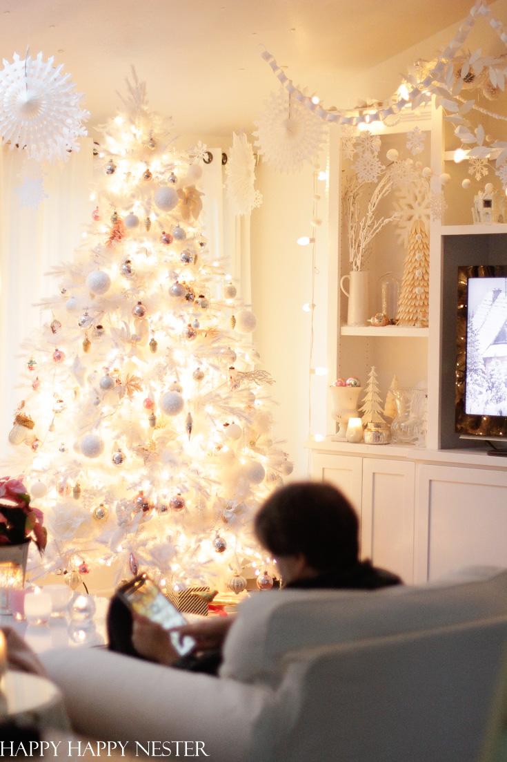 크리스마스의 집은 올해의 모든 것입니다.  우리는 종이 눈송이와 종이 화환으로 사랑스럽고 아늑하고 매력적인 겨울 원더 랜드를 만들었습니다.