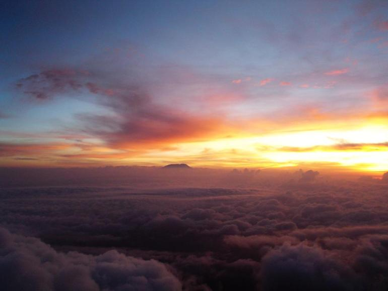 Sunrise_on_Mt_Kili_from_the_summit_of_Mt_Meru_in_2006