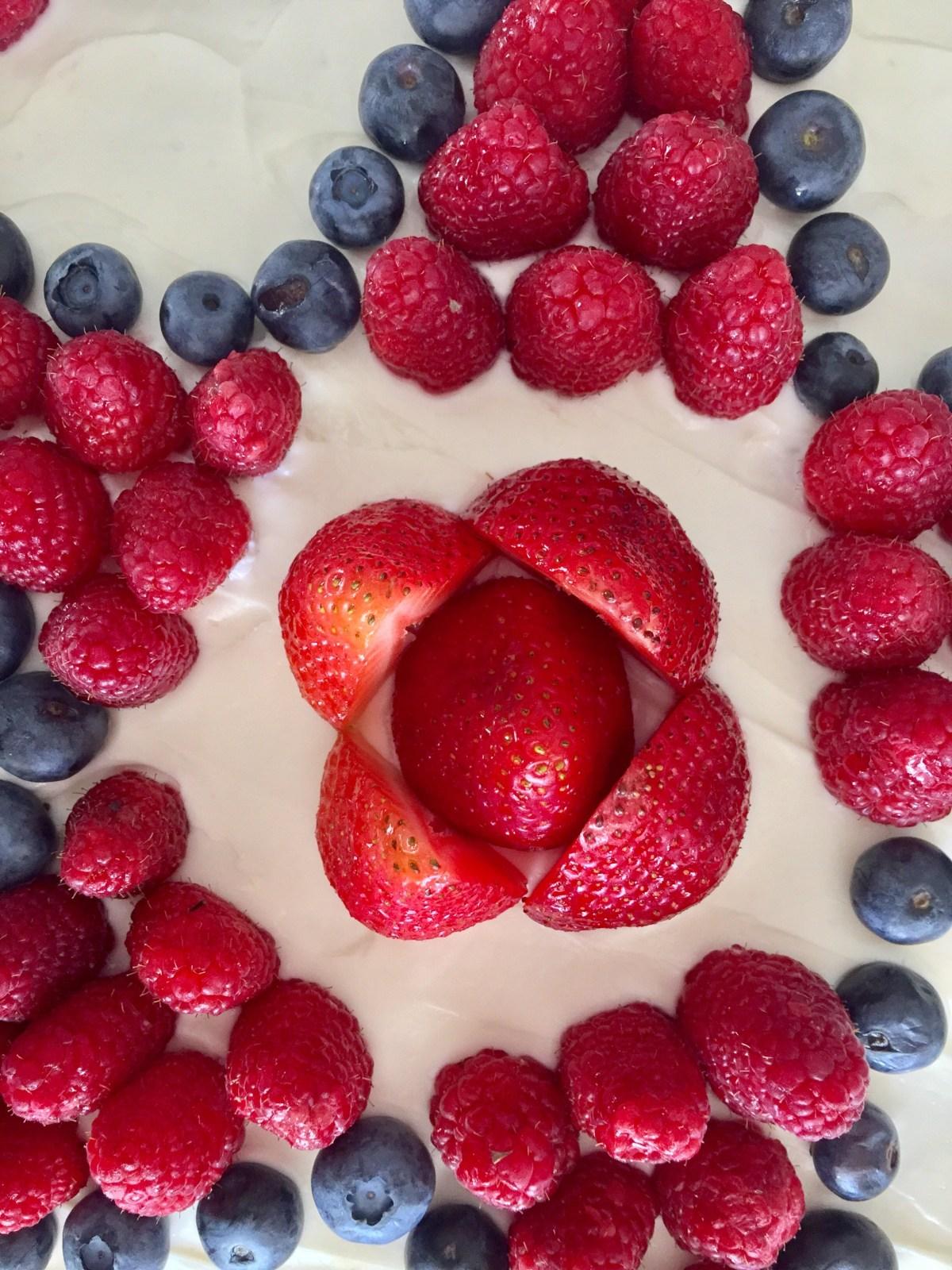 Red, White, and Berry Fruit Pizza by Happylifeblogspot.com #fruittart #memorialdayfood #fourthofjulypicnic #fruitpizza #redwhiteandbluedessert
