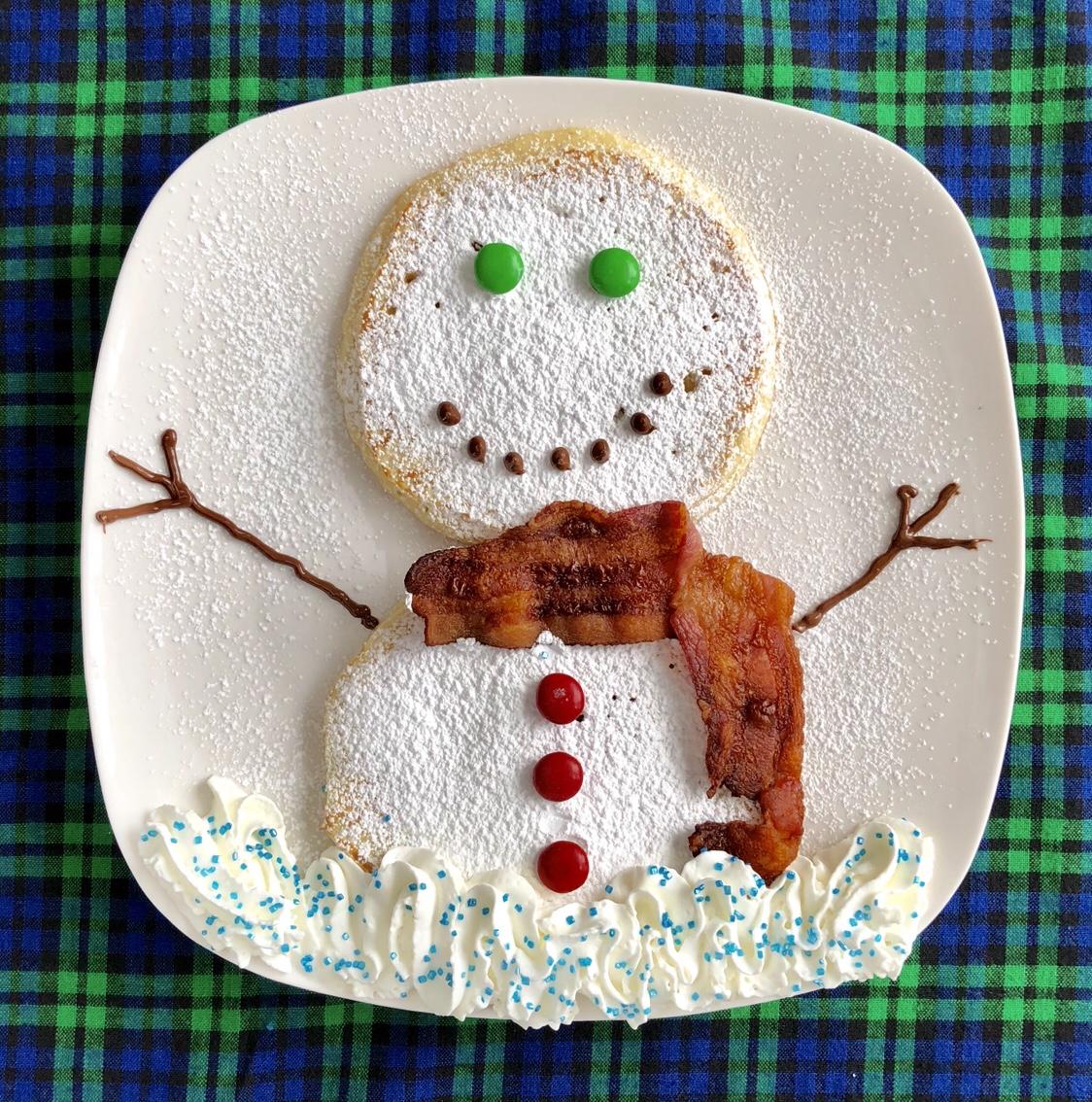 Snowman Pancakes by Happylifeblogspot.com #pancakes #pancakeart #snowman #snowmanpancakes #snowday #christmasbreakfast #breakfast