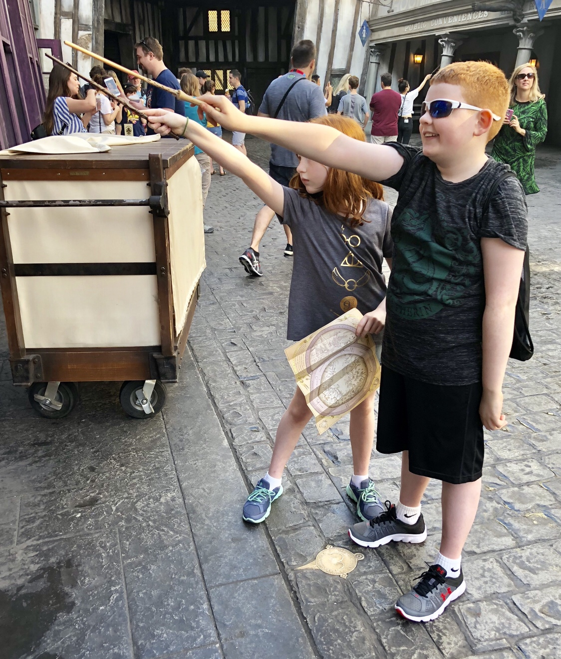 Casting Spells in Diagon Alley #interactivewand #harrypotter #diagonalley #ollivanders #universalorlando