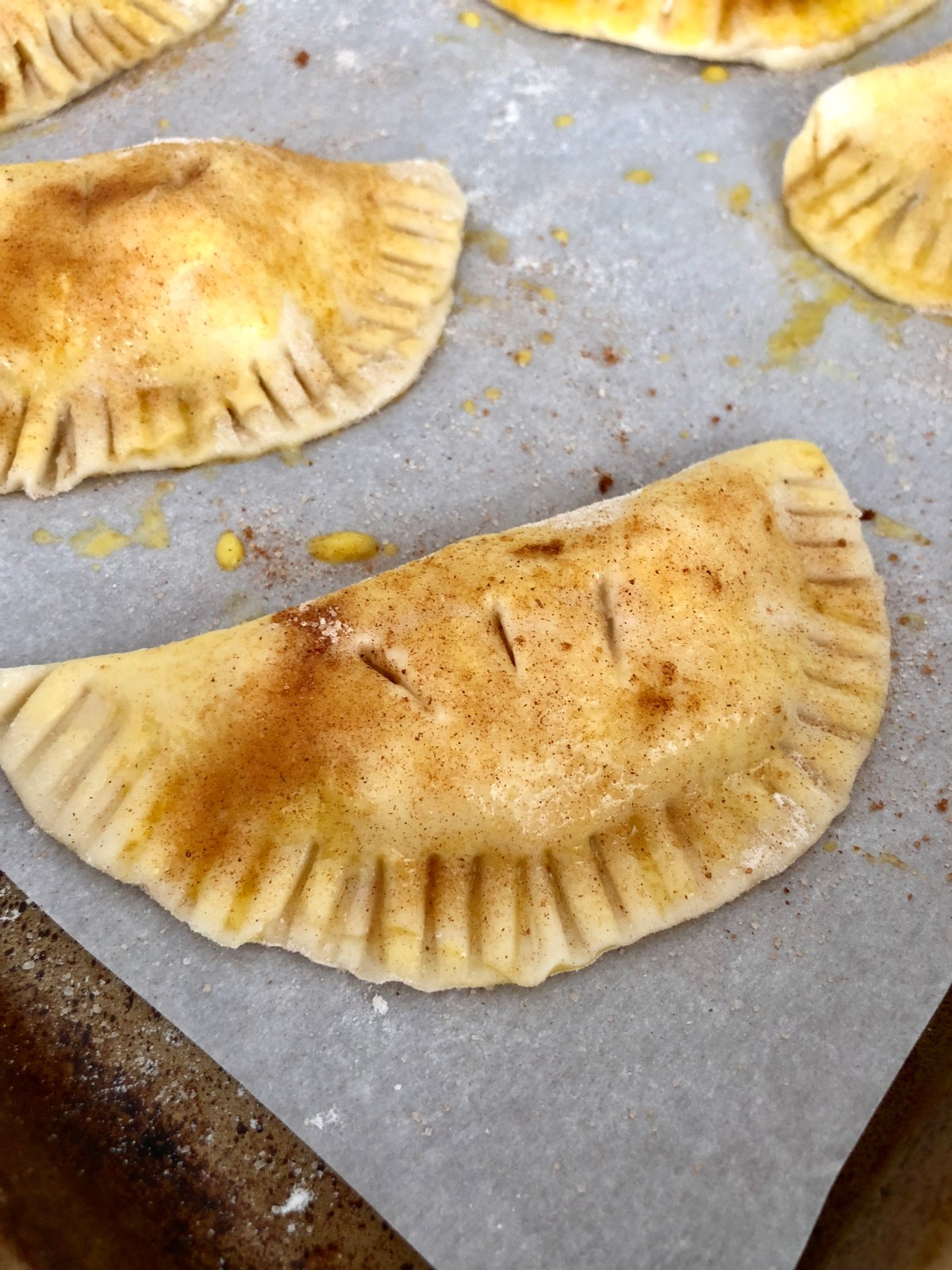 Apple Hand Pies by Happylifeblogspot.com #applepie #miniapplepies #applehandpies #handheldpies #fallrecipes