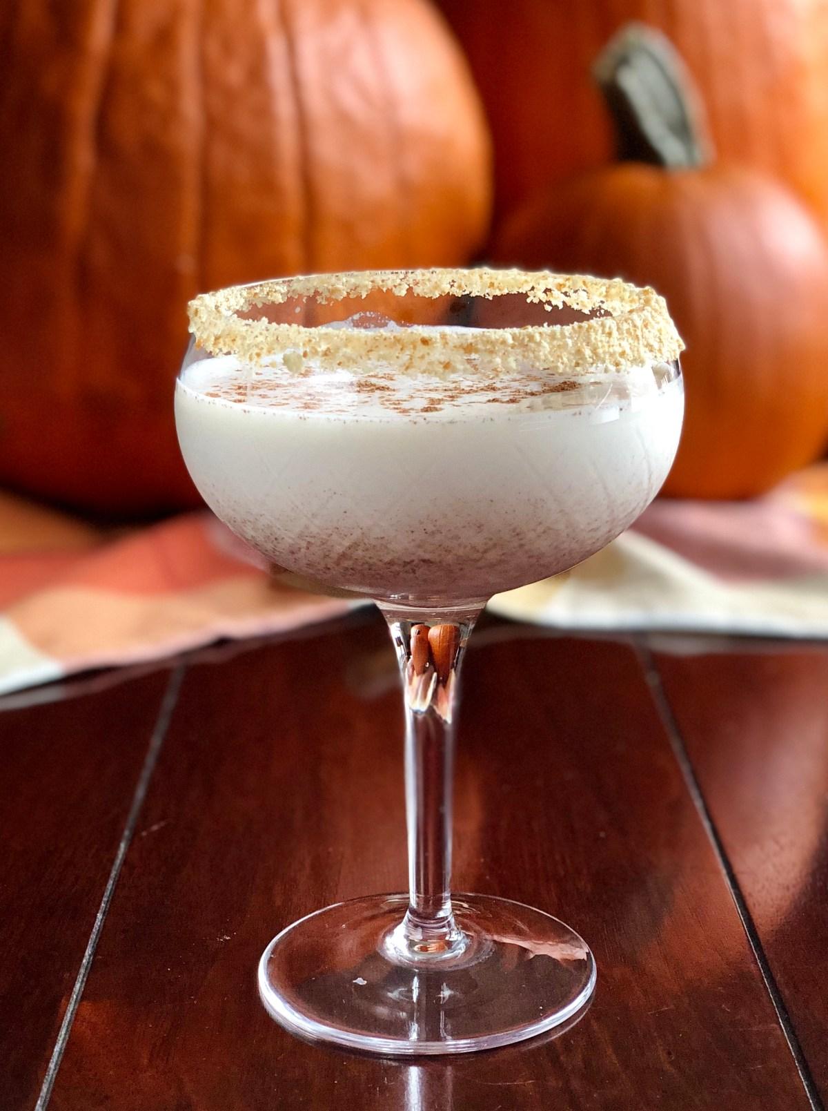 Pumpkin Pie Martinis by Happylifeblogspot.com #martini #pumpkinmartini #pumpkinpiemartini #pumpkinspicemartini #fallcocktails