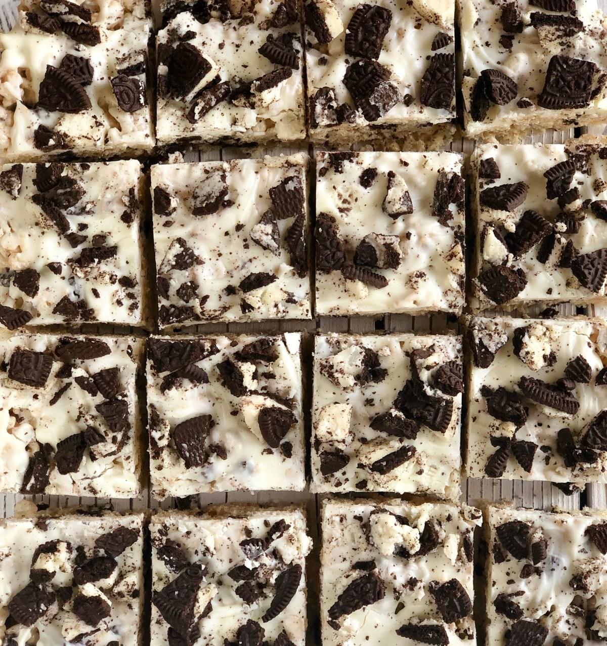 Cookies and Cream Rice Krispies Treats by Happyifeblogspot.com #cookiesandcream #ricekrispietreats #oreoricekrispietreats #dessert #summerdessert #bakesale #nobakedessert