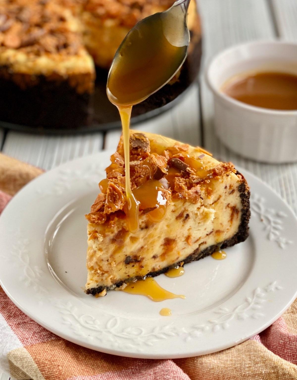 Butterfinger Cheesecake by Happylifeblogspot.com #butterfingercheesecake #butterfingerrecipes #cheesecake #cheesecakerecipes #springformpanrecipes #dessert #holidaydessert #thanksgivingdessert #christmasdessert #halloweencandyrecipes