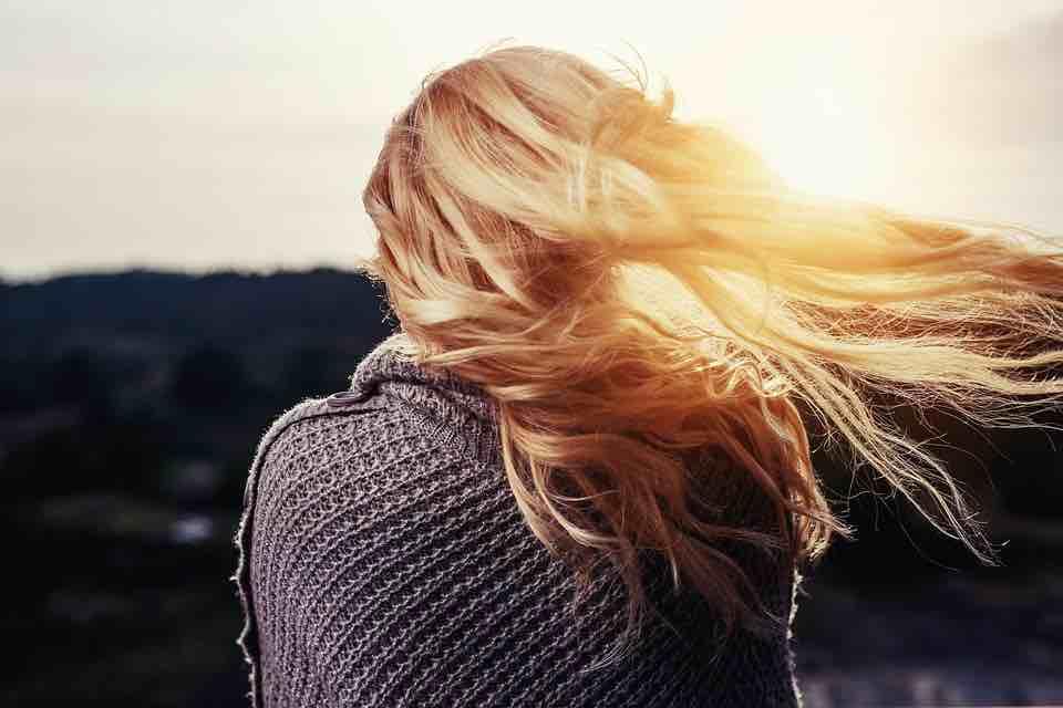 9 užitečných tipů pro letní péči o vlasy