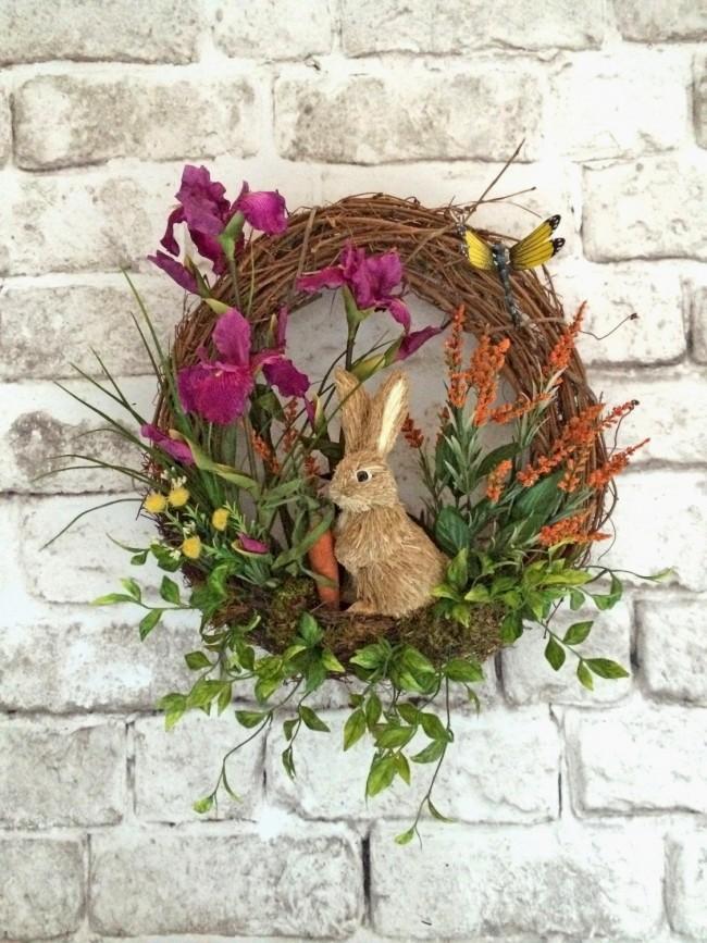 玄関先を花とおもしろいうさぎで飾る花輪。イースターの装飾や春の装飾に適しています