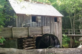 Best Things to do with Kids in Smoky Mountains National Park in Tennessee. A fun family vacation with great hikes, scenic views and historic homes. Find info on Cabins, Gatlinburg and Pigeon Forge too. Click to find out all the awesome things to do in the Smoky Mountains. #smokymountains, #familytravel, #nationalparks #Traveltips