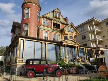 The Baker House in Lake Geneva Wisconsin. Serving a delicious dinner, champagne brunch and Lakefront Lounge. Best spot in Lake Geneva Wi. #lakegeneva #resturants #thingstodolakegeneva #wisconsin #lakegenevawi